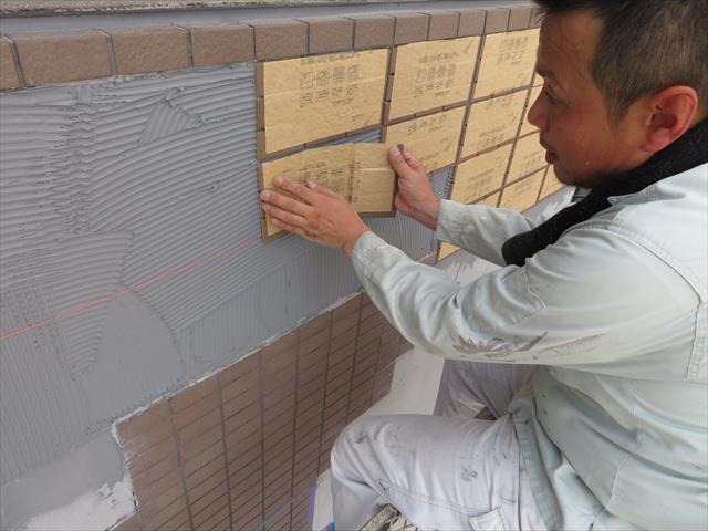モザイクタイルは紙シートに張られてユニット状で出荷供給され、張り付け施工後に紙シートに水分を含ませて剥がす