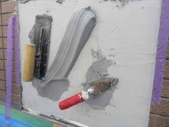 下地に塗布して、擦り込みが完全であることと、MEベースの弾性力は、左官ごての重さをものともせずこの位置を維持しています。