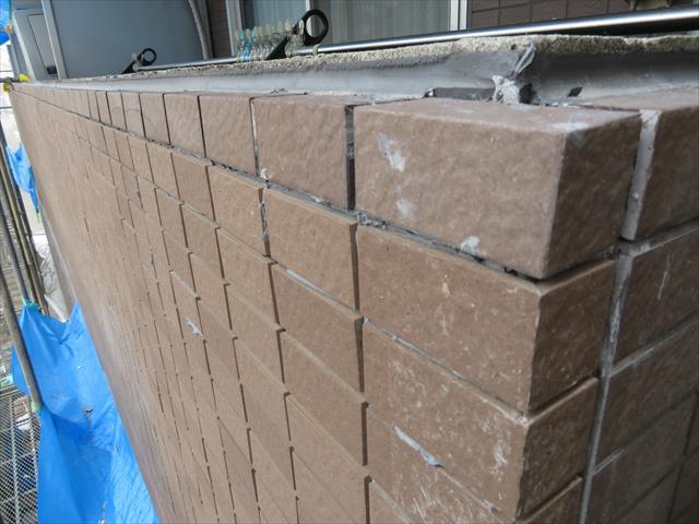 外壁タイルの天端はボックスと言う役物タイルが張り付けられ、天端が水平になる事から雨水が残留しやすい構造にある。