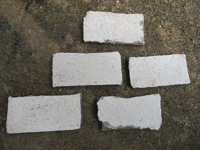 斫ったタイルの裏面には下地のALC粉体が付着している