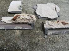 斫ったタイルの裏面には塊で剥がれたALCが付着している