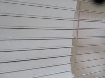 中塗り塗料の浸潤性の確認は角度や光の加減、職人の目を変えて何回も確認するといい仕上がりになる