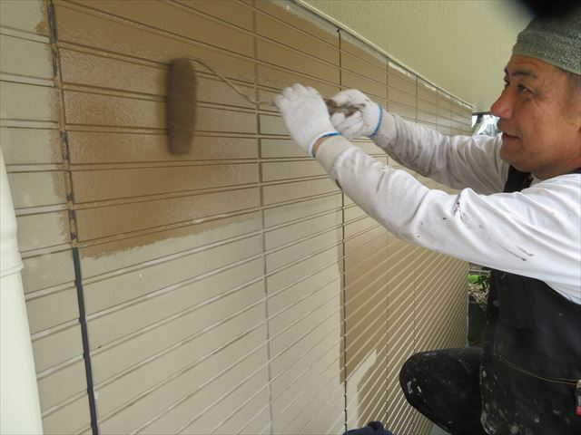 上塗り(仕上げ塗り)工程では必要十分な塗料を乗せて行くために毛足の長いローラーを使う