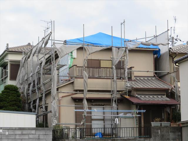 高槻市で屋根葺き替え工事、モルタル外壁左官補修工事、外壁塗装工事、雨樋補修工事をするお宅にクランプ式足場が4面全体に架けられました。
