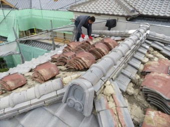 寄棟屋根では三角形の屋根2面と台形の屋根2面で構成されますので、最頂部の大棟1本と水流れで接合する隅棟4本の合計5本が走ります。