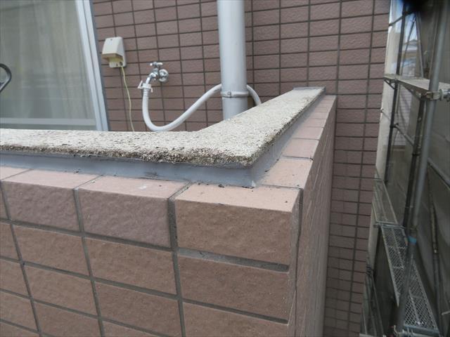 外壁タイルの上端部をボックスタイルで仕上げられた天端は水平で雨水を蓄えやすい構造にあるので遮水対策を施します。