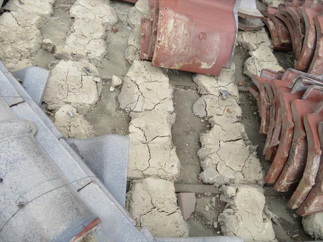 瓦をめくって内部の葺き土の色を確認すると雨漏りの有無が解かります。黄土色の時は健常、赤茶色の時は雨漏りの証拠です。