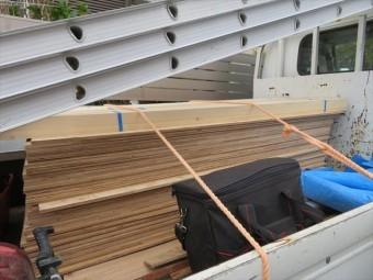 ガレージ土間に集中して荷重が掛かることがない様に、事前に表面を養生します。構造用合板、通称コンパネを予め敷いておきます。