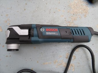 BOSCHのマルチツールの切削刃物の交換は本体左サイドのレバーを引くだけで外れてくれます。女性でもいたって簡単にできて心配がありません。