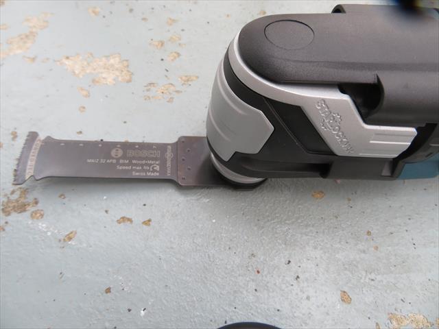 丸鋸の刃が届かない場所でもマルチツールの刃は届くので、狭い場所でも切断できます