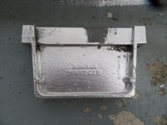 軒樋を切断して生け捕りした「止め」。どうやって接着剤を緩めて端材を抜き取るかが課題