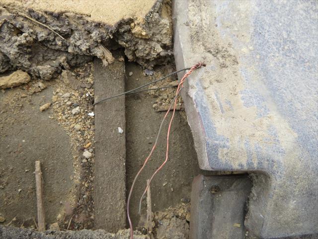 高槻市で台風の二次被害を受けた瓦屋根の修理で軒先マンジュウ瓦の固定は瓦桟に通された銅線でしっかりと緊結しなければなりません。