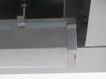H型鋼に乗った軒樋の端部をカットして詰めると、軒樋は下がって水勾配が適正になった