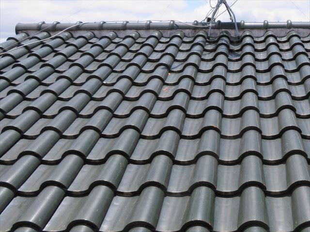 漆喰は大棟と負い当て瓦の接合部を埋めて防水する建築資材