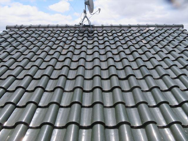 洋風瓦屋根の大屋根に上ると大棟の漆喰剥がれや瓦の凍て割れ破片が見られた