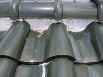 面戸に漆喰を塗りすぎると、棟瓦のすそから滴り落ちる雨水が内部に侵入して雨漏りになる
