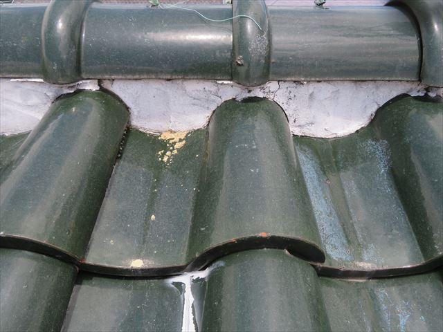 西側大屋根の南側の面戸漆喰も浮き上がり内部の葺き土が出始めています。