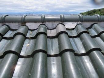 西側大屋根の面戸漆喰が浮き上がっていて防水効果はなくなっています
