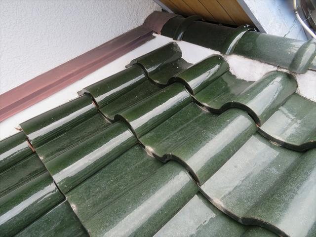 雨押え板金は屋根材と壁が追い当たる合端口に設置されて壁面を流れる雨水が屋根材をかわして流れて行くための役物
