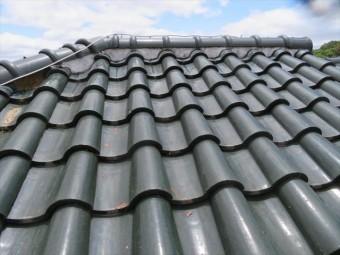 高槻市の屋根葺き替え工事で施釉の洋瓦、和瓦も検討した。施釉瓦は表面の釉薬が水分を吸収しないので、冬場の凍て割れに強い特徴があります。