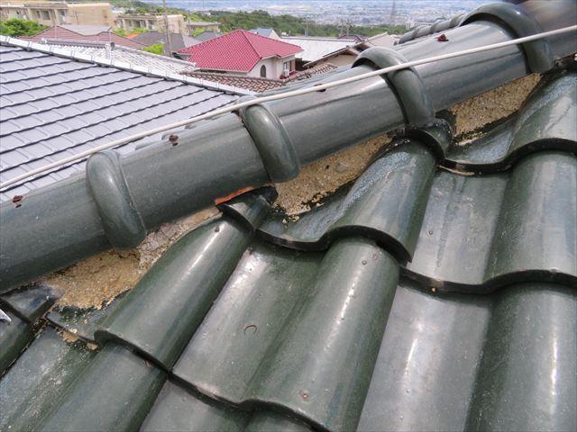 寄棟屋根の降り棟の面戸漆喰が欠損して内部の葺き土が露出している。放置すると土が流出し、棟が崩れます