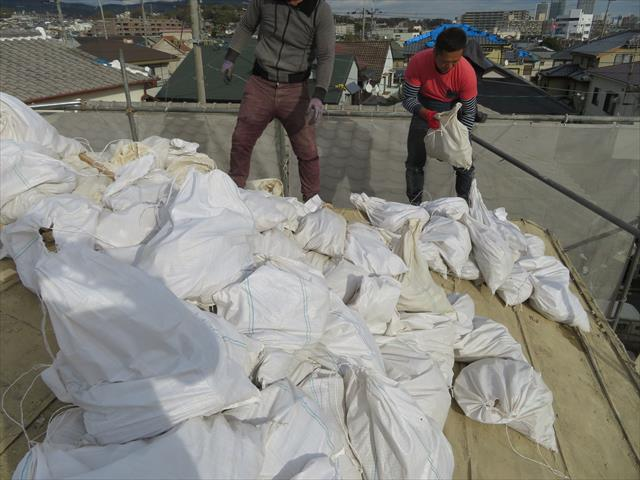 瓦の葺き土を小分けにして詰めて行くと、土嚢袋は70袋にも達しました。