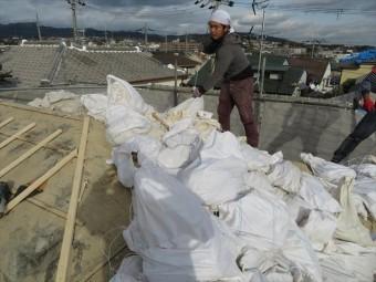 屋根の葺き替え工事を行いますと、古い屋根材を剥がして、新しい屋根材に葺き替えますので、大量の建築廃材が排出されます。