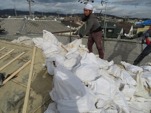 高槻市で屋根葺き替え工事の時にマンホールを割ってしまった