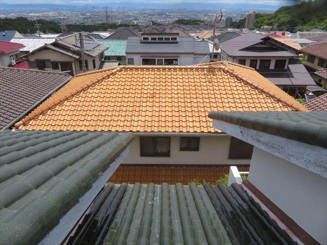 高台に位置するお宅の屋根からは下手のお宅を見下ろすことになるので、失礼がないように近隣のお宅へは挨拶を欠かしません