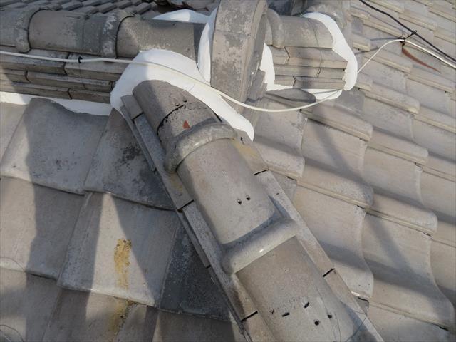 大棟や隅棟の紐丸(冠瓦)の固定ワイヤーが切れているときは原則棟の積み直しをしますが、一工夫することで積み直しの手間をかけることなく安価に修理することが出来ます。