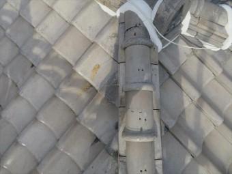 大棟や隅棟の紐丸(冠瓦)の固定ワイヤーが切れているときは原則棟の積み直しをしますが、ステンレスワイヤーを平瓦の角部に架けて対称的に引き合わせておけば十分な強度で固定することが出来ます。