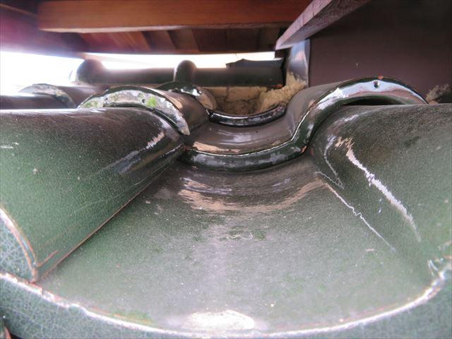 大屋根同士が重なり合っている奥の面戸漆喰が欠損している