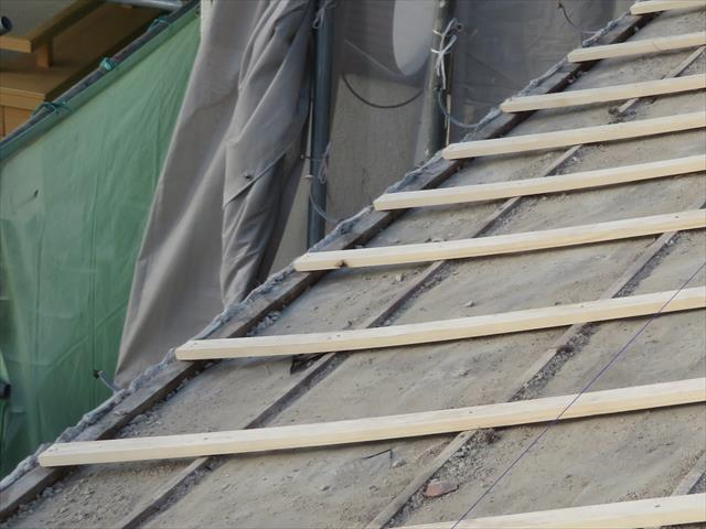 瓦とカラーベストは屋根材の構造の違いから、軒先雀口の作り込みが違います。瓦用の雀口面戸が邪魔をして水平が出なくなる状態を補正してくれます。