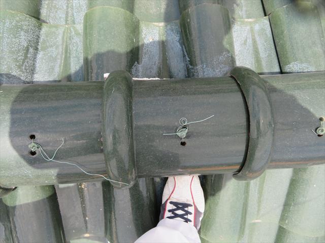 棟瓦の表面に出ている針金に雨水が降り注ぐと、針金に伝って導かれるように雨水が棟内部に侵入しますので、大きすぎる棟瓦頂点の穴の影響は少なくない