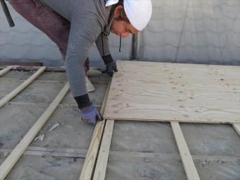 野地板補強の構造用合板は、屋根面の不陸補正も兼ねています。カラーベストのような硬い屋根材は割れてしまうので不陸補正が不可欠です。