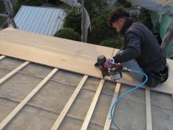 屋根に風災被害が出る時は、軒先から被害のきっかけが生まれ、その時の状況に因りますが順次被害が拡大します。 軒先から被害のきっかけが出なければ、屋根に風災被害を受けにくいと言えることになりますので、軒先の補強をしておきます。