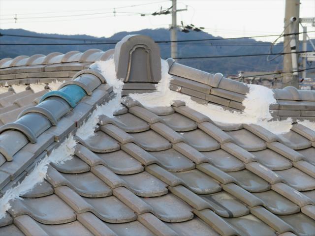 面戸漆喰は熨斗瓦2段目と同じ水準までの充填にしなければなりません。目いっぱい詰めると雨漏りします。