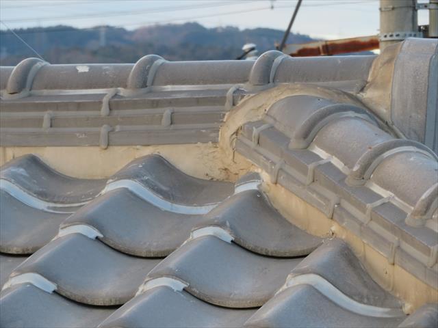 耐震対策としてラバーロック工事を勧める業者がいますが、正式な耐震工事ではありません。また屋根知識が乏しい業者につかまると、面戸に目いっぱい充填したり、熨斗瓦、平瓦の隙間全てに充填する業者もいます。充填してはいけない箇所に打つと、雨漏りが酷くなります。
