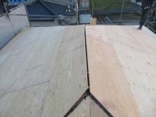 寄棟屋根は4面の屋根面で構成されているので、ルーフィングの張り継ぎ目が多くなる。