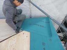寄棟屋根の張り継ぎは直角交差するので1000mm程度の張り重ねが必要です。