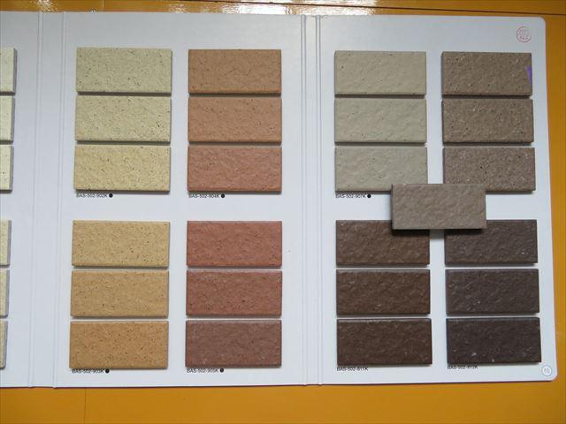 外壁タイルに最も近い色調の商材は名古屋モザイク工業㈱のバーシムも候補に挙がった