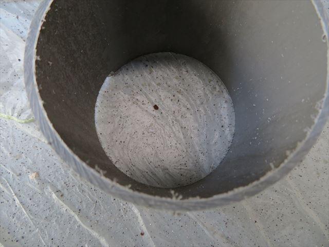 竪樋のストレート配管の厚みは2mm以上あり、踏んでも変形しない強度を20年以上保っている