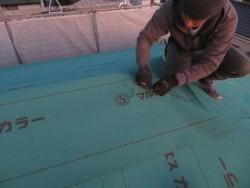 高槻市のカラーベストへの葺き替え工事では、野地板にJIS940ルーフィングシートを敷設しましたが、その後改質アスファルトルーフィングを敷設します。