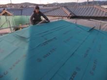 大棟まで張り上がったルーフィングは最後にもう1枚張り重ね、蓋をするようなイメージになると防水は完璧です。