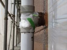 分岐配管チーズと外壁との距離が不ぞろいでも竪樋は垂直に立たなくなる