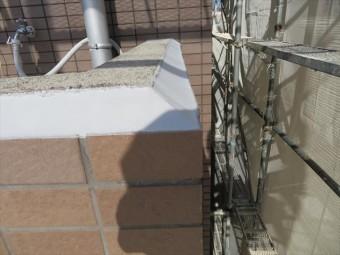 外壁タイルの水平な天端にポリウレタン系コーキング材を傾斜が出来るように打設すると、天端の雨水は瞬時に遮水され雨漏りしにくい構造になる。