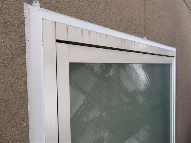 外壁とサッシの隙間に打たれたコーキングは無塗装の段階にある