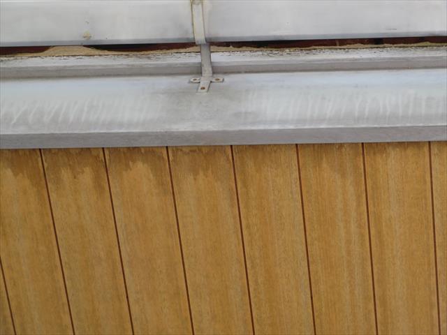 ケラバの破風板に浸み込んだ雨水は軒天井まで達し雨染みが出来てしまっていた
