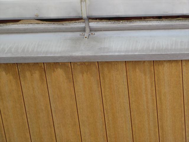 鼻隠し板と接点を持つ軒天井のシミは吹き付けられた雨水が伝ったものとしみ込んだものが、雨染みになっている