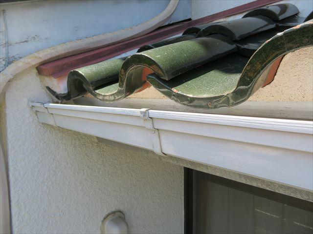 軒先の瓦の先端と軒樋の間に見える白い土は、雀口面戸を塞ぐ漆喰